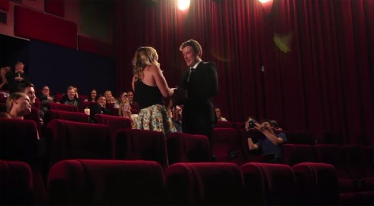 Heiratsantrag-Überraschung im Kino