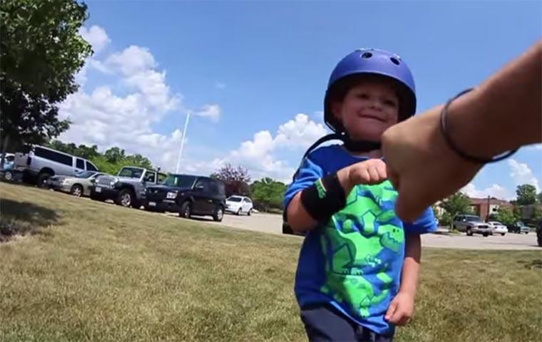 1. Skateboard-Trick eines 3-Jährigen 3-yo-skateboard