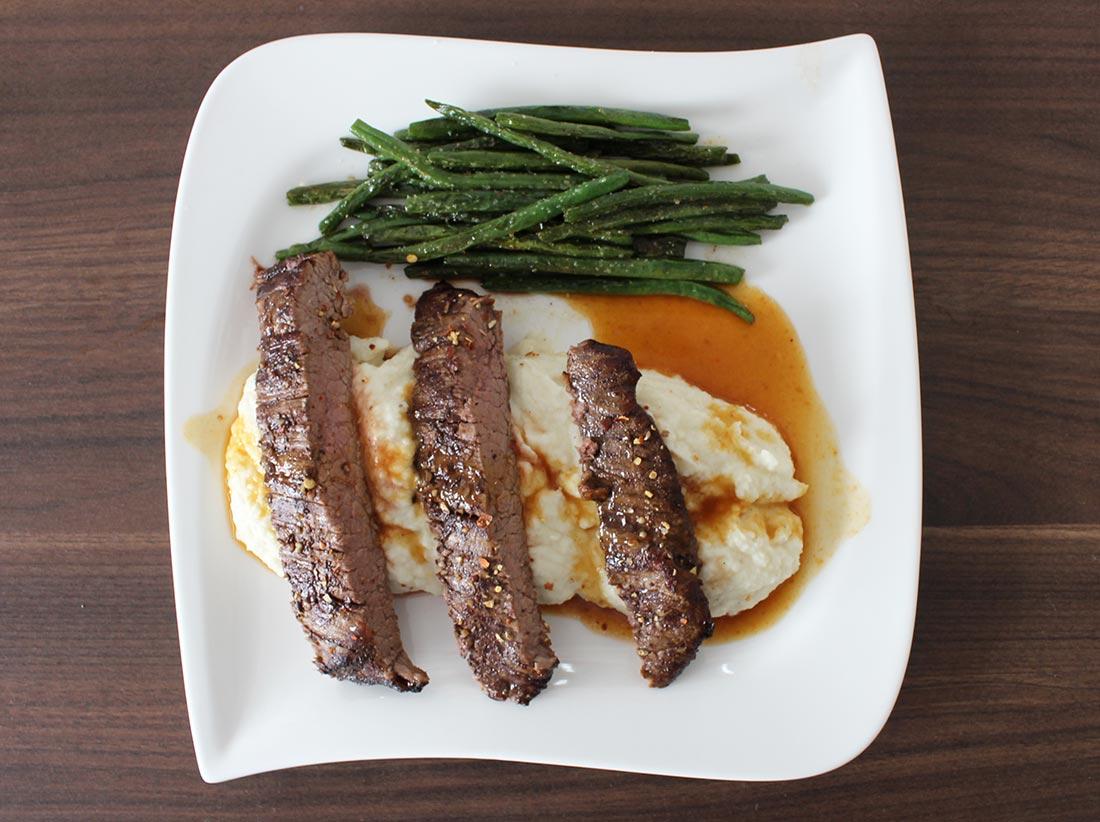 Flank Steak vom Wagyu-Rind an Blumenkohl-Püree im Dialog mit Prinzessinnen-Bohnen