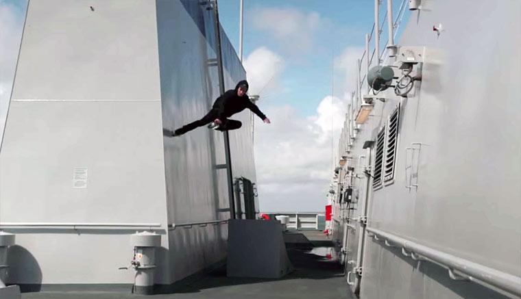 Inline-Skaten auf einem Flugzeugträger