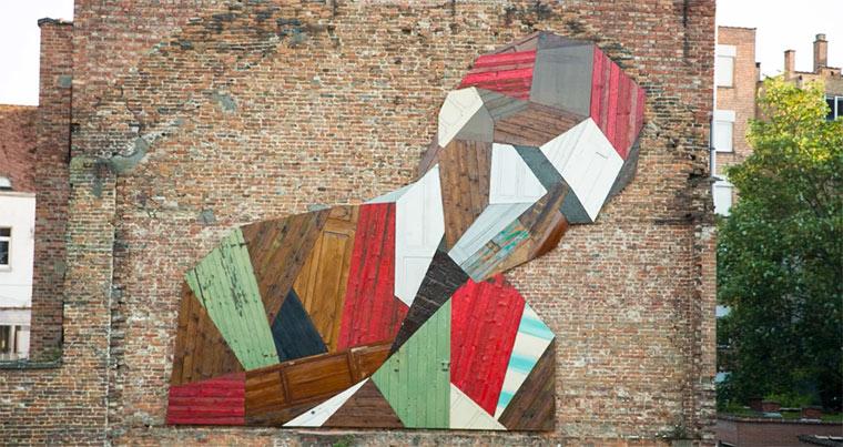 Mural aus alten Holztüren elsewhere