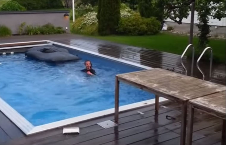 Abkühlung: in den Pool springen pool-jump-fail