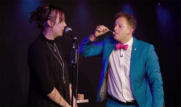 Zauberer macht Freundin Antrag auf der Bühne