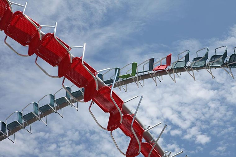 Achterbahn-Skulptur aus 1.200 Stühlen Stellar_06