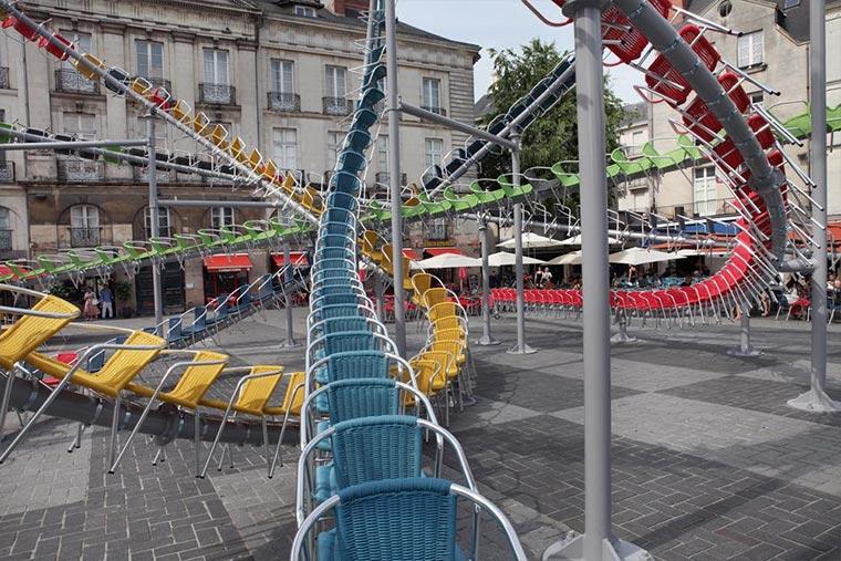Achterbahn-Skulptur aus 1.200 Stühlen Stellar_08
