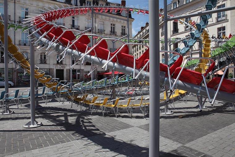 Achterbahn-Skulptur aus 1.200 Stühlen Stellar_09