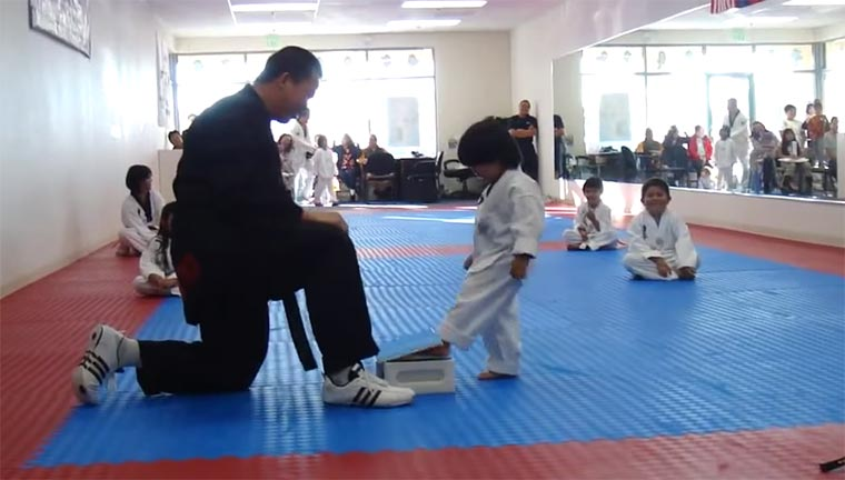Taekwondo: Kleiner Junge vs. Brett Taekwondo