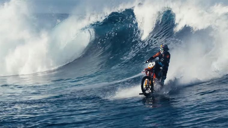 Surfen mit dem Dirt Bike dirt-bike-surfing