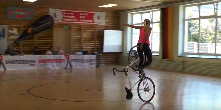Gymnastik auf dem Fahrrad Fahrrad-Gymnastik