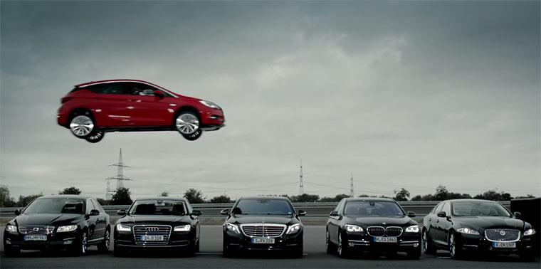 Opel Astra fliegt über den Fahrtsteg Opel-Quantensprung
