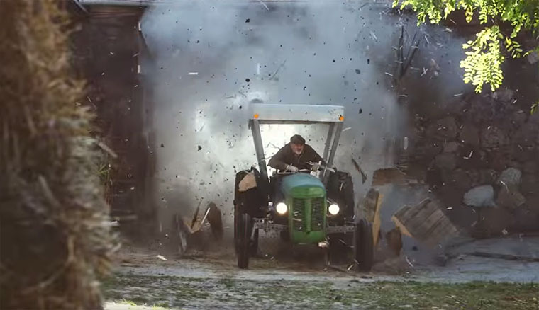 Rasender Bauer auf 425 PS-Traktor Dorfdrift-EDEKA_01