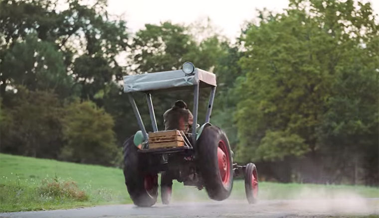 Rasender Bauer auf 425 PS-Traktor Dorfdrift-EDEKA_02