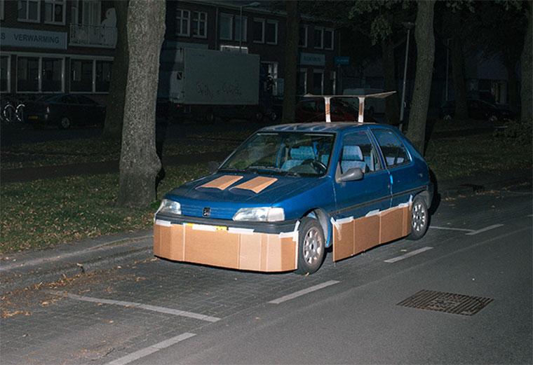 """Nachts heimlich Autos mit Pappe """"aufpimpen"""""""