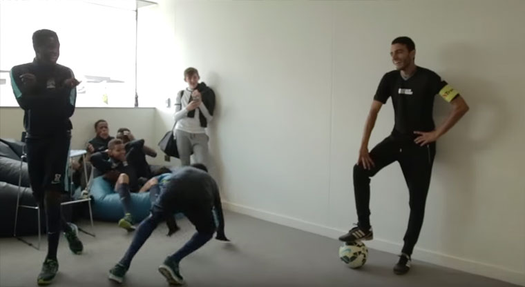 Manchester City Academy wird getunnelt Touzani-nutmegs-manchester-city