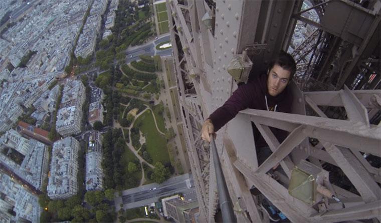James Kingston klettert den Eiffelturm hoch Climbing-the-Eiffel-Tower