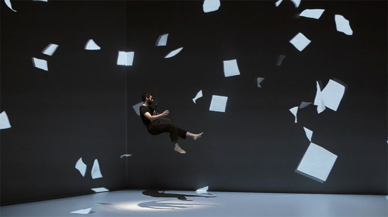 Luftige Akrobatik trifft Live-Projektion The-movement-of-air
