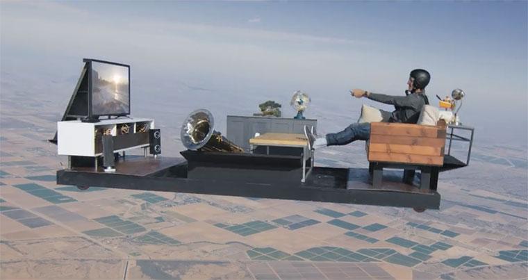 Fallschirmsprung mit komplettem Wohnzimmer living-room-jump