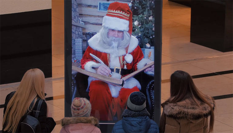 Weihnachtsmann überrascht Mall-Besucher Weihnachtsmann-ueberraschung_01