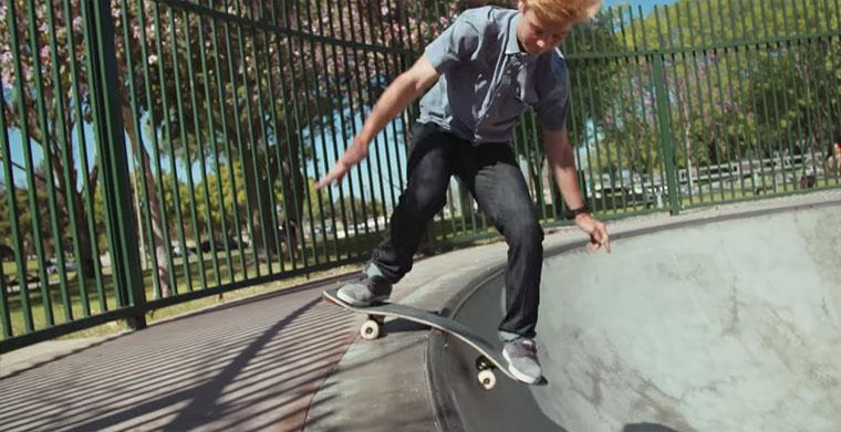 Tony Hawk und das Pappe-Skateboard cardboard-skateboard