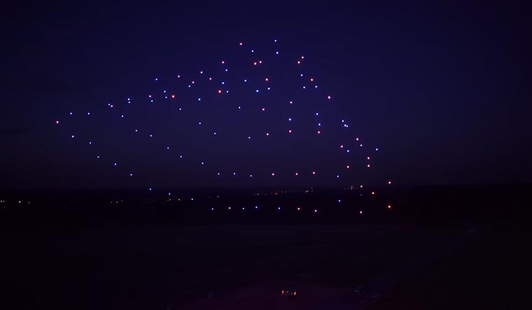 100 Drohnen tanzen zu Beethovens 5. 100-led-drones