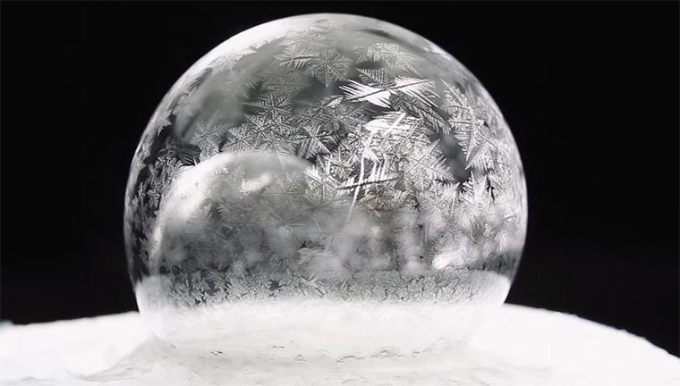 Einfrierende Seifenblasen Freezing-Soap-Bubbles