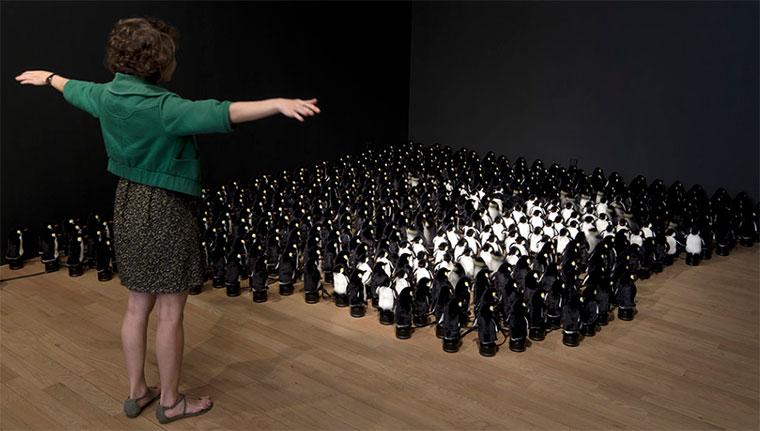 Interaktiver Spiegel aus 450 Plüsch-Pinguinen