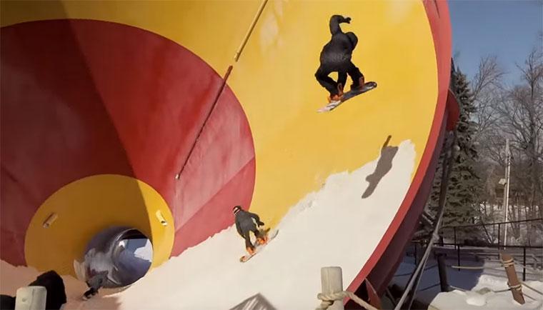 Snowboarden im verschneiten Wasserrutschenpark Snowmusement