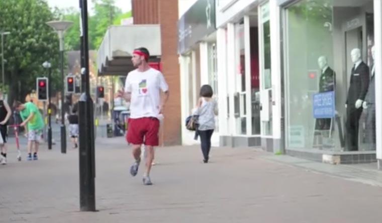 Weltmeister im Rückwärts-Rennen backwards-runner