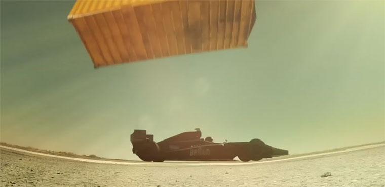 Wird Vettel vom herabrasenden Container rasiert?