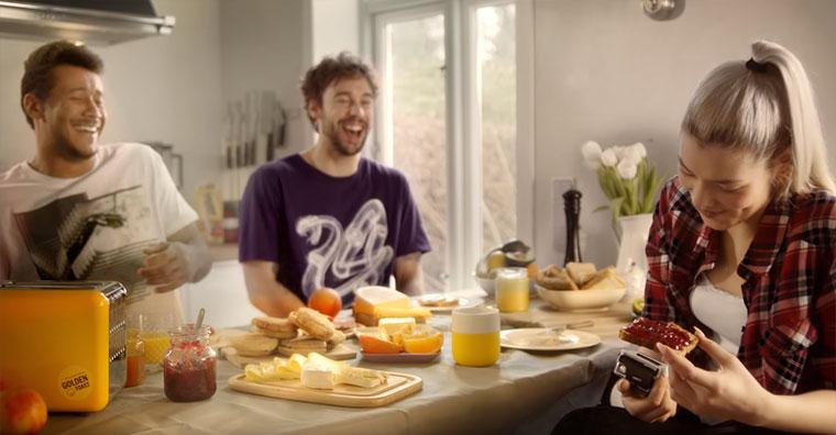 Spiele Morgenmuffeln einen Streich und komm ins Kino! Golden-Toast_Wake-up-pranks-1_02