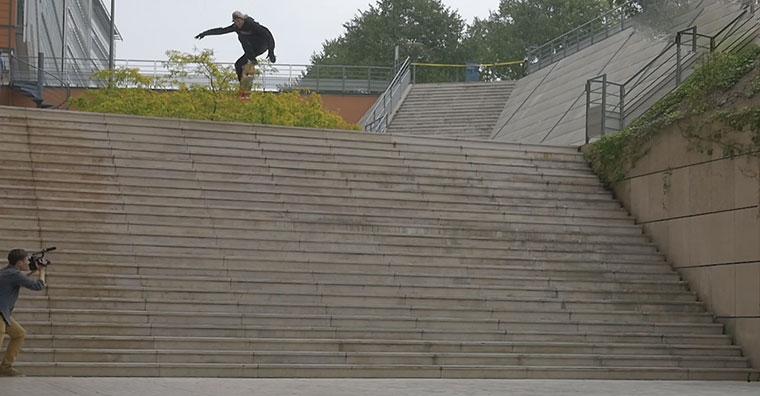 Jaws Homoki springt mit dem Skateboard über 25 Treppenstufen