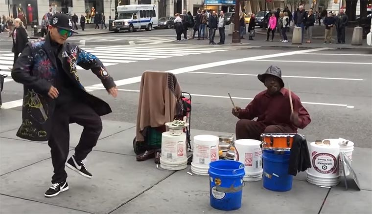 Tanzen wenn der Street Drummer einsetzt
