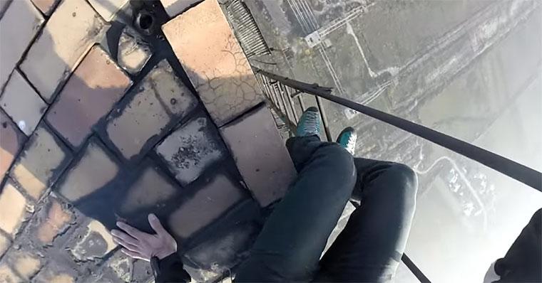 Typ klettert maroden Industrie-Schornstein runter