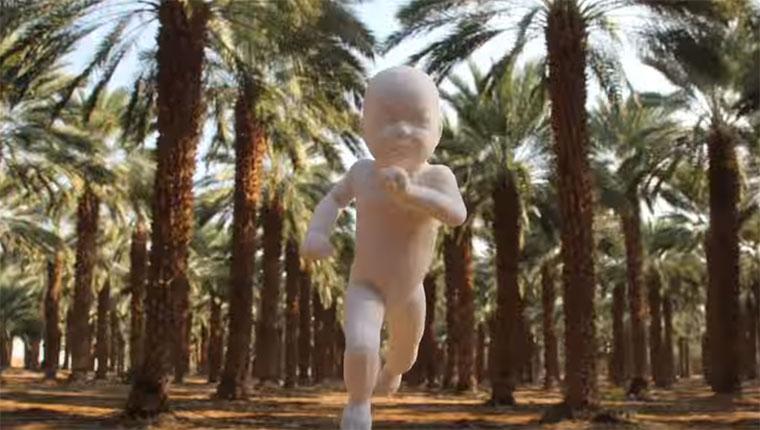 3D-gedrucktes Baby rennt durch die Welt run-baby-run