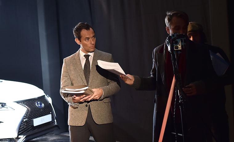 Jude Law überrascht Auto-Fans mit Starrolle in Premieren-Show JudeLaw-TheLifeRX_01