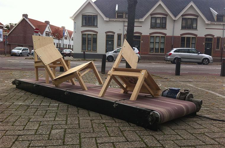 Holzstühle vs. Schleifpapier-Laufband