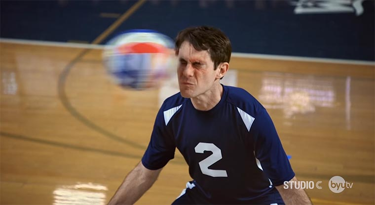 Scott Sterling blockt Schmetterbälle mit dem Gesicht Scott-Sterling-Volleyball