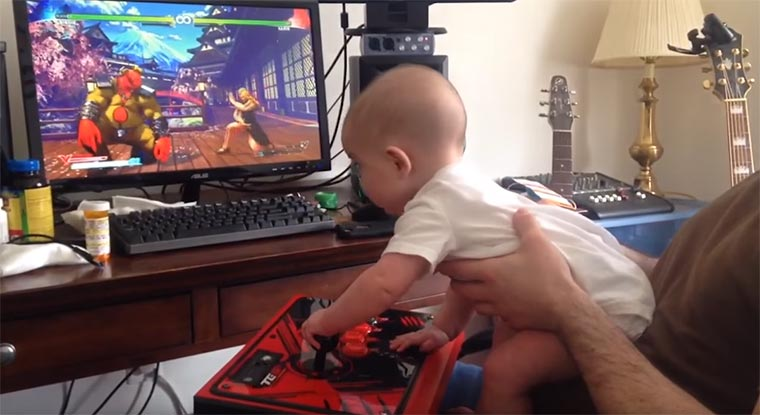 6-Monate altes Baby spielt Street Fighter V durch