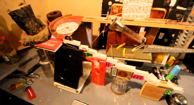 Ausgefeilte Rube Goldberg Machine