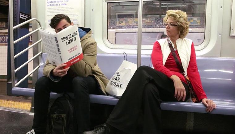 Mit Fake-Büchern in der U-Bahn
