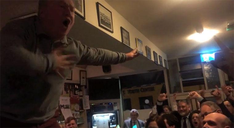 """Irischer Pub singt """"Mr. Brightside"""" zu Ehren eines verstorbenen Freundes"""