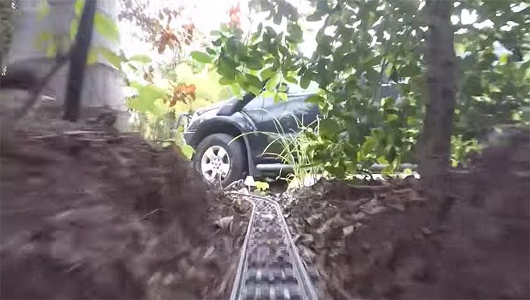 Mit der LEGO-Eisenbahn durch den Garten