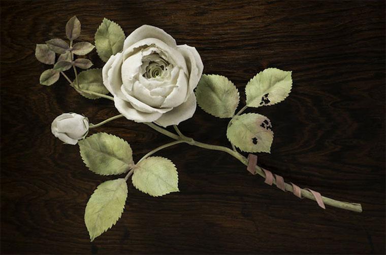 Echt aussehende Blumen aus Porzellan