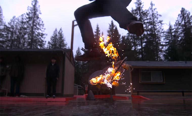 Skateboarden durchs Feuer skateboarding-on-fire-in-the-rain