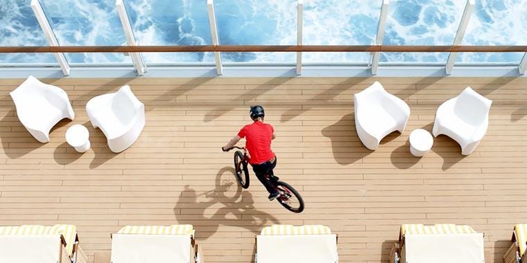 Fabio Wibmer trickst auf einem Kreuzfahrtschiff Fabio-Wibmer_AIDA_02