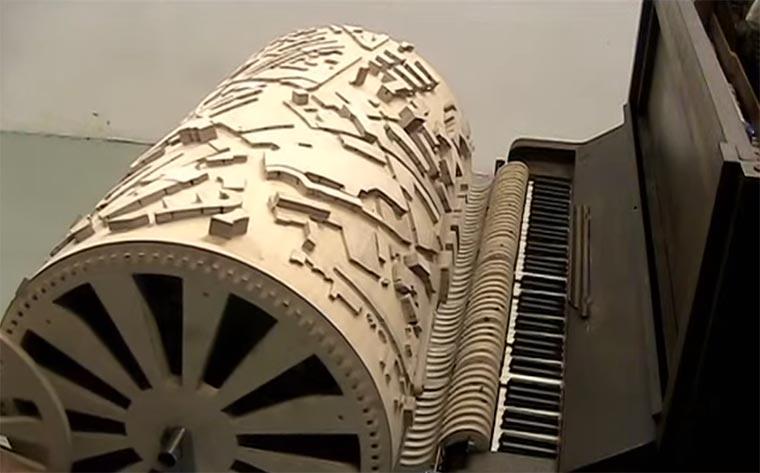 Mit der Skyline einer Stadt Musik spielen Stadsmuziek