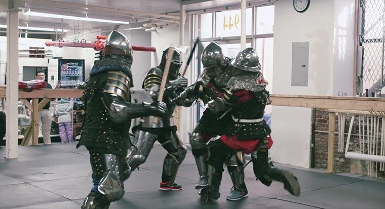 Sich ordentlich in Ritterrüstungen verhauen harlem-knight-fight