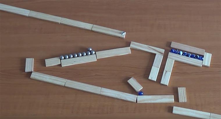Kettenreaktion mit Magneten und Murmeln