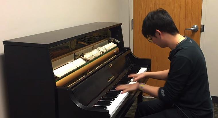 Klingeltöne am Klavier gespielt