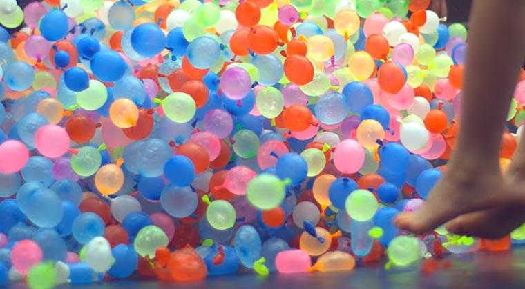 Mit 1.500 Wasserbomben auf einem Trampolin waterballoons-trampoline